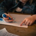 Kind malen Kita Stift blau