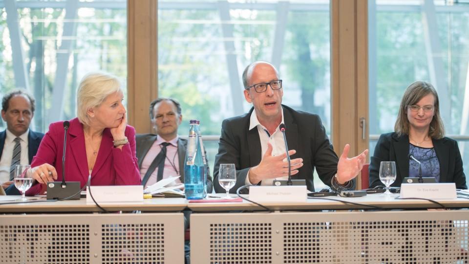 Conny Czymoch, Internationale Journalistin und Moderatorin und Michael Theben, Leiter der Abteilung Klimaschutz im Ministerium für Wirtschaft, Innovation, Digitalisierung und Energie des Landes Nordrhein-Westfalen