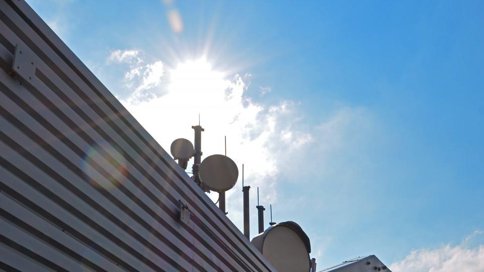 Antennen auf dem Dach des Düsseldorfer Stadttors