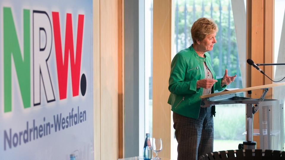 Ministerin Dr. Angelica Schwall-Düren begrüßt die Gäste